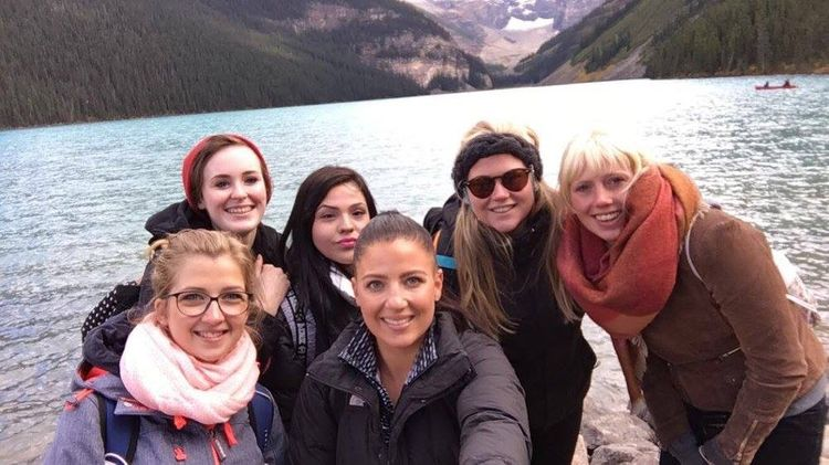 Studierende vor Lake Louise